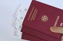 اللون الأحمر لجوازات السفر