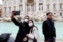 الوجه السياحي لكورونا: صور لسياح بالأقنعة الواقية قرب معالم شهيرة