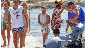 صور: ميسي وسواريز ونجوم برشلونة يقضون إجازة الصيف سويًا رفقة زوجاتهم