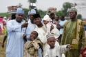 في نيجيريا كل عائلة ترتدي زيا موحدا، وانتظار مرور موكب أمير المدينة