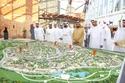 الشيخ محمد بن راشد يطلع على مجسم سفاري دبي