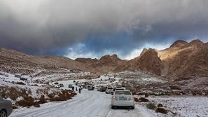 صور: مشاهد مُذهلة للثلوج بجبل اللوز في السعودية
