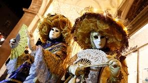 أزياء تنكرية وأقنعة ملونة.. في كرنفالات حول العالم
