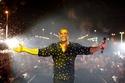 آخرها في حفله بالدمام.. عمرو دياب يظهر بنفس القميص في 3 مناسبات مختلفة