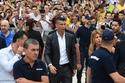 رونالدو يسير وسط الحرس الشخصي في تجمع لجماهير اليوفي