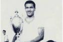 مبارك عبدالكريم يحمل الكأس