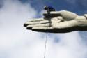 العمال أثناء ترميم تمثال المسيح المخلص في ريو دي جانيرو