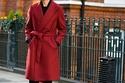 معطف ملفوف أحمر فوق طبقة سوداء