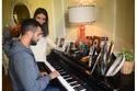 محمد الشرنوبي يعزف على البيانو وبجوار ساره الطباخ