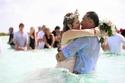 إطلالة العروسين جاءت متماشية مع لون البحر والسماء