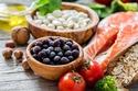 لذا يُنصح بتناول الأطعمة التي تساعد على زيادة نسبة الميلانين في الجسم،
