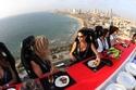 صور: المطعم الطائر.. تناول العشاء في سماء القاهرة