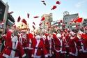 أشخاص في أزياء بابا نويل قبل توزيع الهدايا في سيول بكوريا الجنوبية