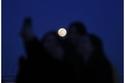 بنات يلتقطن صورة سيلفي مع قمر الثلج العملاق
