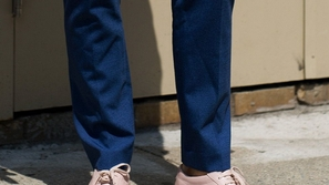أحذية رياضية يمكنك تنسيقها مع البدلة الرسمية لإطلالة عصرية مريحة