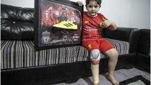 صور: موقف إنساني من محمد صلاح مع هذا الطفل العربي يلقى استحسان الجميع