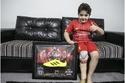 الطفل السوري خميس الجاسر مع هدية صلاح