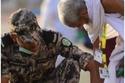 جندي سعودي يُساعد مُسن خلال الحج