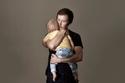 فريدي ماكونيل يحمل طفله