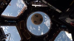 صور ارتطام كرة قدم بمحطة الفضاء الدولية بعد أن سبحت 30 عاما في الفضاء!
