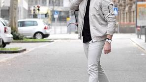 أفكار مختلفة لتنسيق الحذاء الرياضي الأبيض مع الأزياء الكاجوال الرجالية