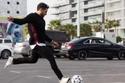 محمد حماقي يلعب الكرة