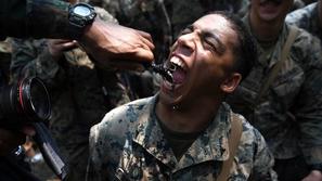 صور.. أخطر تدريبات الجيوش العسكرية: أكل عقارب وحشرات وشرب دماء أفاعي