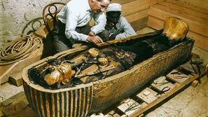 صور ملونة للحظة اكتشاف مقبرة توت عنخ آمون