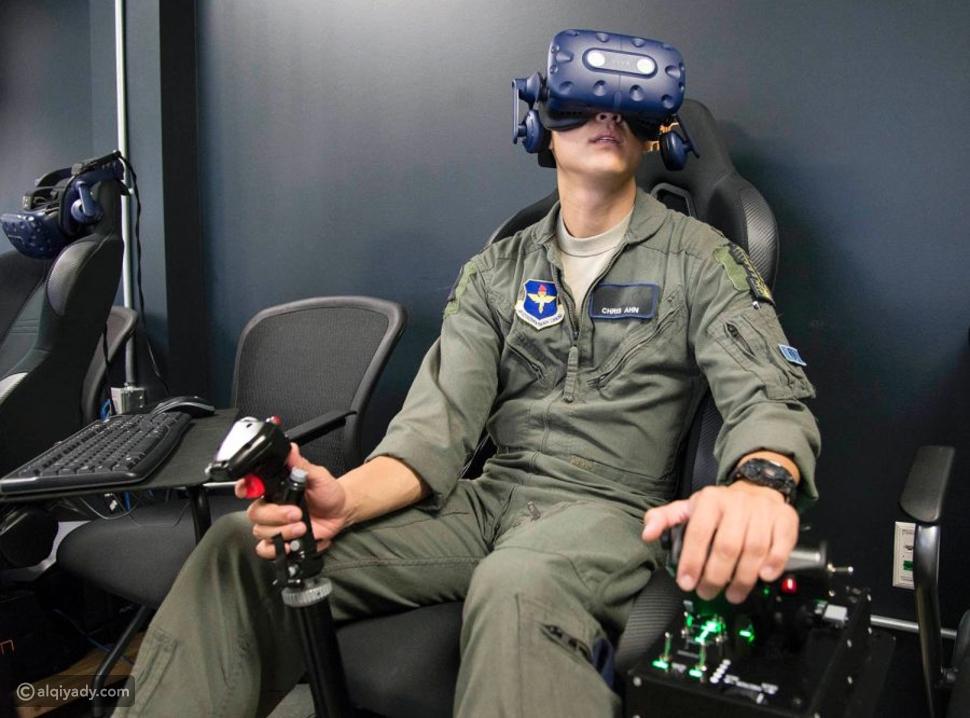 برامج تعلم الطيران المخصصة لأجهزة الواقع الافتراضي، فهي عديدة، ولكنها تشترك في جعلها التجربة أقرب ما يكون إلى الحقيقة، ليشعر معها المتدرب وكأنه يقود طائرة حقيقية.