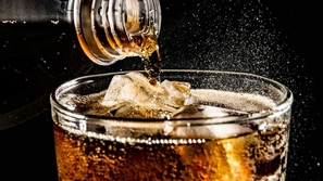 هذا مايحدث لجسمك عند تناول المشروبات الغازية