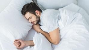احذر: النوم بهذه الوضعية قد يصيبك بأمراض القلب