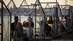 التباعد الاجتماعي في المطاعم والمقاهي.. أفكار مبتكرة وطريفة!