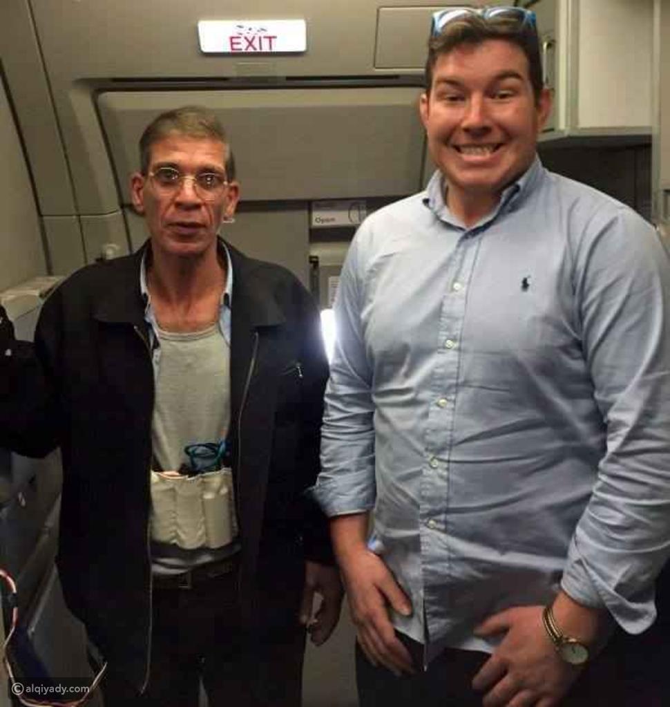 صورة: رد فعل غير متوقع لأحد ركاب الطائرة المصرية المختطفة!