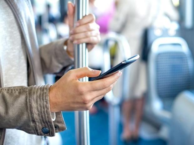 6 قواعد لآداب الحديث عبر الهاتف في الأماكن العامة