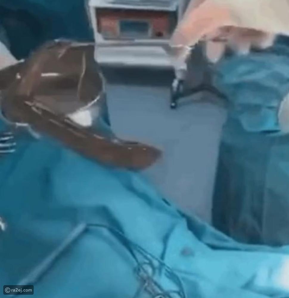 رجل يبتلع ثعابين حية لعلاج الإمساك: وهذا ما حدث له