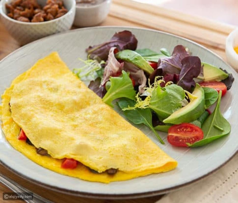 أومليت البيض والخضروات وجبة خفيفة للتمارين الرياضية