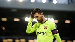 حافلة برشلونة تتخلى عن ميسي في أنفيلد.. واللاعب يغادر الملعب منفردًا