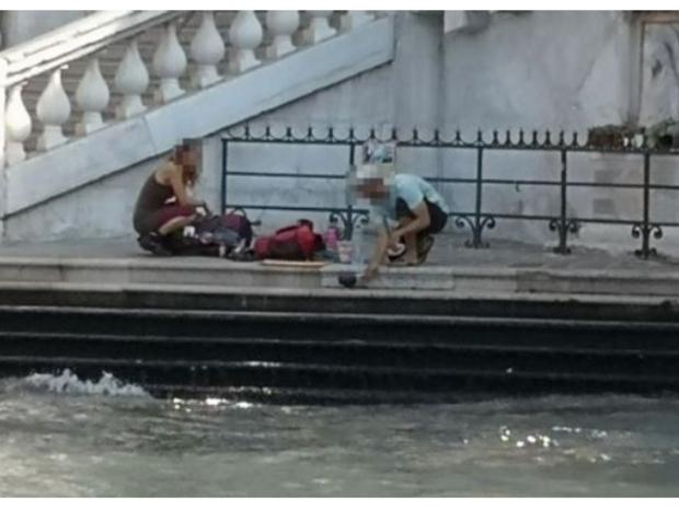 بعد رصدهما يحضران القهوة باستخدام أنبوبة غاز صغير، تحت جسر ريالتو