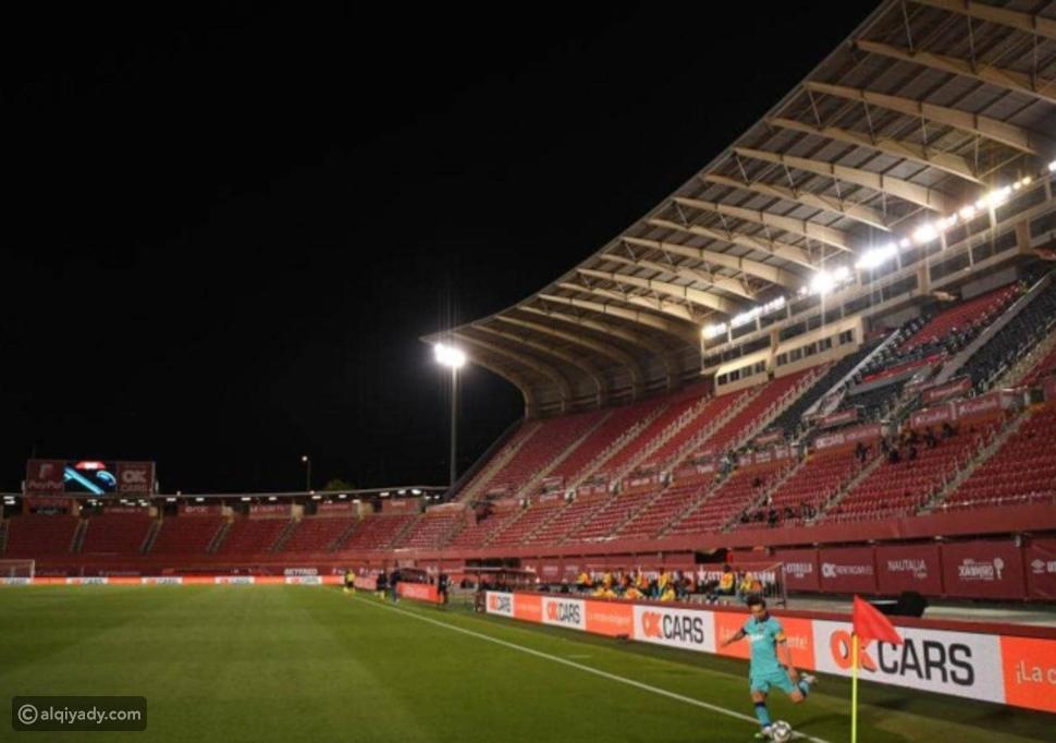 صور: مشجع يقتحم ملعب مباراة برشلونة ومايوركا رغم غياب الجماهير