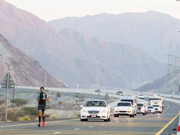 الإماراتي خالد جمال السويدي يستعد للجري من أبوظبي إلى مكة