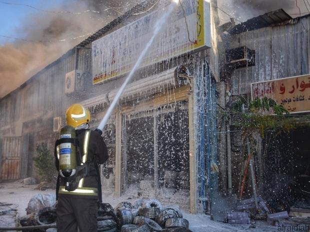 صور: فرق الدفاع المدني تسيطر على حريق كبير في جدة