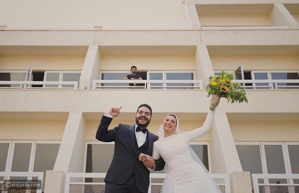 محمد صلاح يحتفل بزفاف عروسين من داخل العزل الصحي