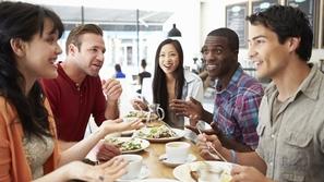 لماذا نتناول كميات أكبر من الطعام مع الأصدقاء؟.. العلم يجيب