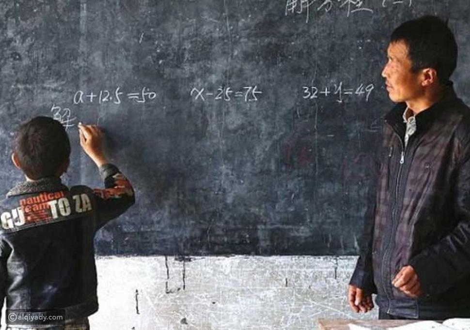 صورة: مُعلم صيني يُدرس لطالب وحيد في المدرسة.. تعرفوا على قصتهما