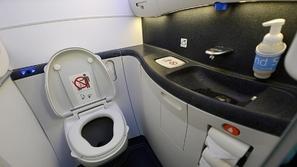 بهذه الطريقة السحرية يتم التخلص من الروائح الكريهة بمرحاض الطائرات