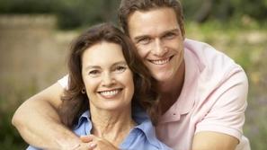 هل أُعجبت بامرأة أكبر منك في السن؟ إليك هذه الـ10 نصائح