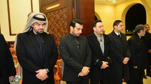 صور: إيهاب توفيق يثير حيرة الجمهور بملابسه في عزاء والده