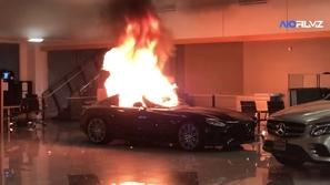 فيديو يرصد احتراق سيارات مرسيدس فاخرة بسبب احتجاجات الولايات المتحدة