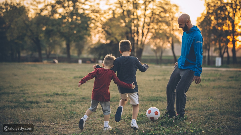 أب يلعب مع أولاده