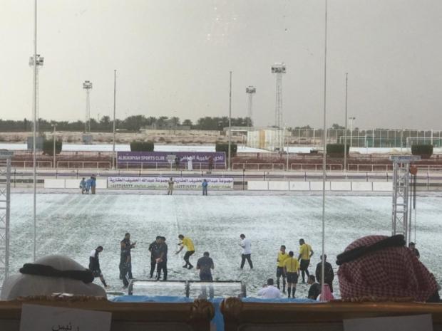 ومع تراكم الثلوج وسقوطها اضطر حكم المباراة إلى إلغائها
